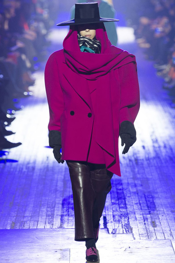Marc Jacobs - Autumn/ Winter 2018 Ready-to-wear collection - Vogue - model in pop colour oversized jacket with power woman shoulder pads and snood neckline. Leather trousers and large hat make the outfit.