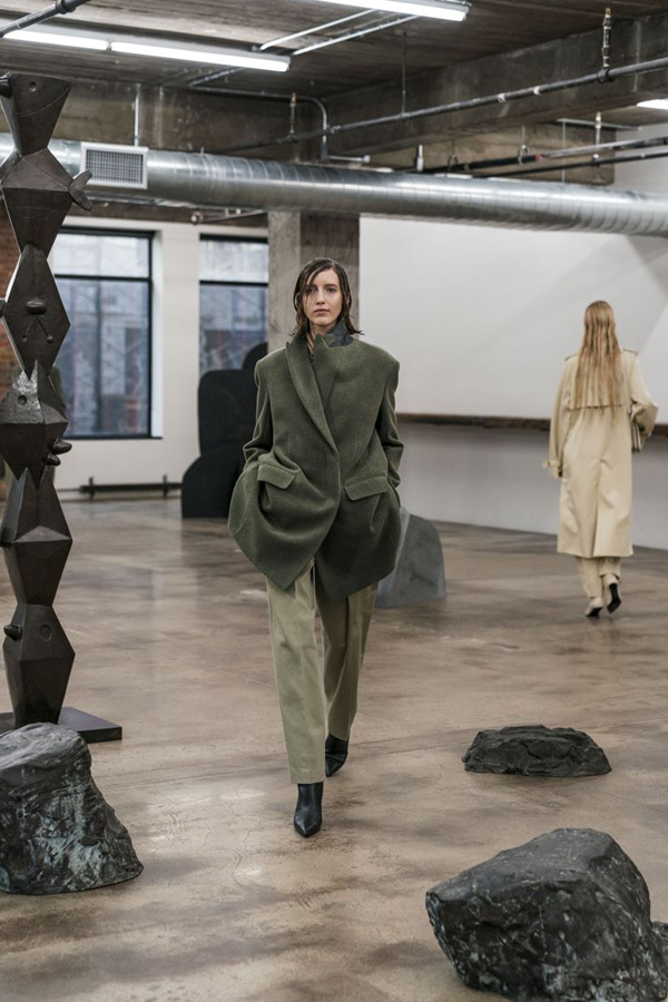 The Row - Autumn/ Winter 2018 Ready-to-wear collection - Vogue - models walk round sculpture catwalk . Khaki look.