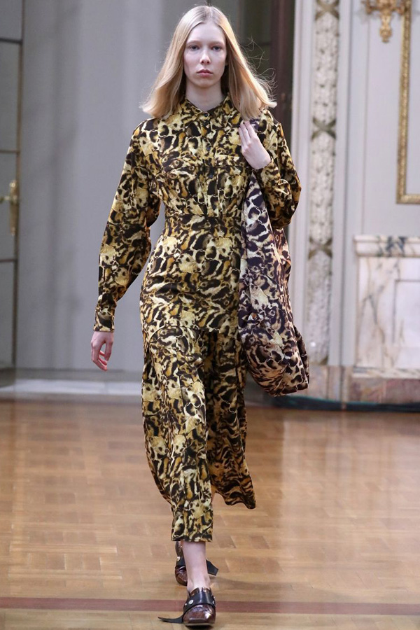 Victoria Beckham - Autumn/ Winter 2018 Ready-to-wear collection - Vogue- The look is head to toe in an abstract animal print. The dress and bag have an all over print